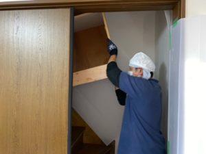 向日市の家財整理、階段での搬出は2人1組で行います