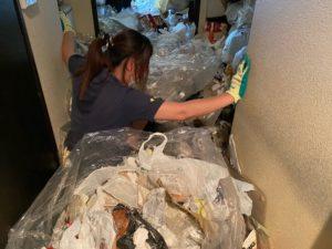 京都市ゴミ屋敷の遺品整理、女性がゴミに埋まってしまいました。