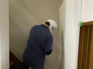 向日市の生前整理にお伺いしました。家具を運ぶ前に階段の養生を行います。